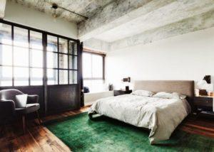 Spalnya v stile loft 29